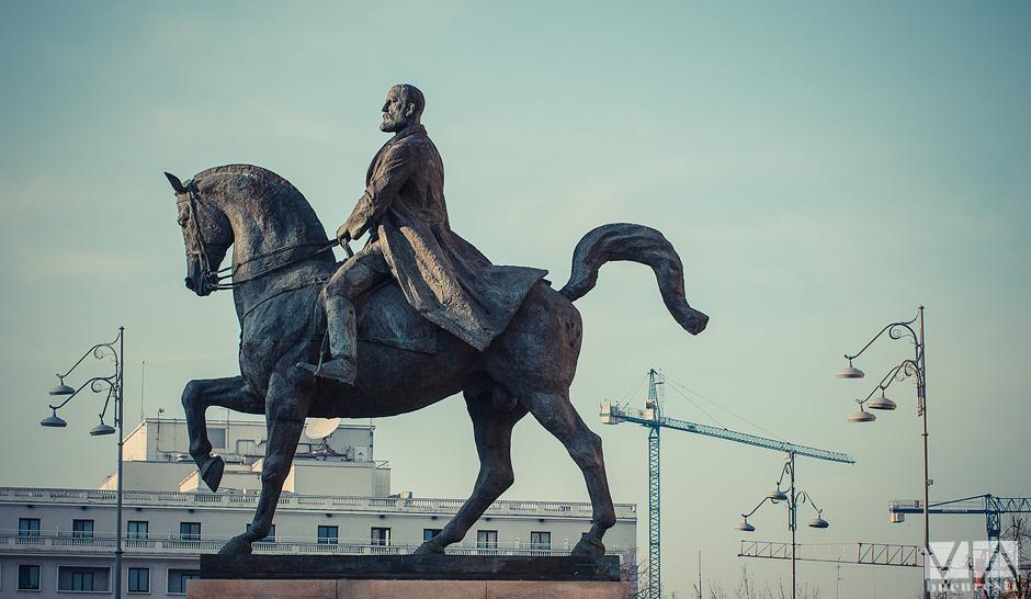 Contraste in Bucuresti - Statuia ecvestara a lui Carol I