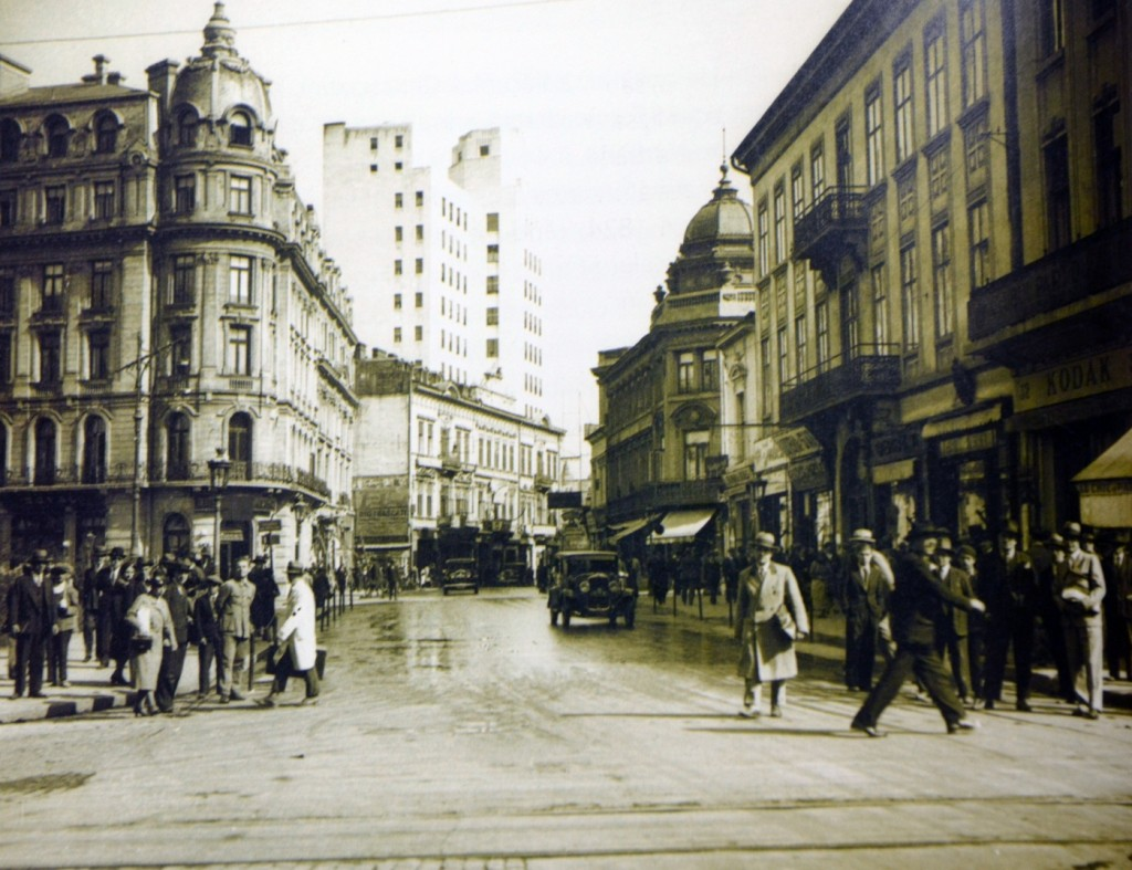 Vedere spre Capșa (partea stângă a imaginii) și Café Royal (partea dreaptă). Sursa foto: http://adevarul.ro