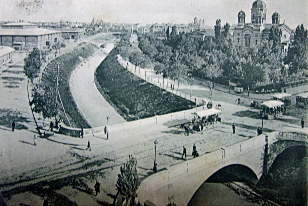 Vedere dinspre Podul Rahovei asupra Dâmboviței spre Halele Centrale sursa: fototecaortodoxiei.ro