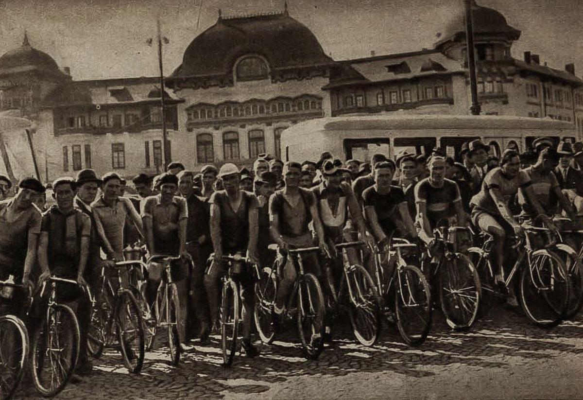 Înaintea startului cursei cicliste București-Ploiești, în spate Palatul Funcționarilor Publici din Piața Victoriei. Sursa: Realitatea Ilustrată, august 1937.